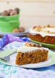 Karottenkuchen mit Walnüssen und Creme Stockbilder