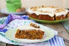 Karottenkuchen mit Walnüssen und Creme Lizenzfreie Stockfotografie