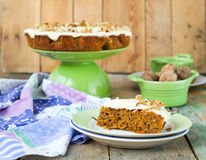 Karottenkuchen mit Walnüssen und Creme Stockbild
