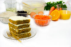 Karottenkuchen und Rezept-Voraussetzungen Stockfotografie