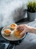 Karottenmuffins auf grauem Holztisch stockfoto