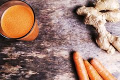 Karottensaft mit Ingwerwurzel Stockfotografie