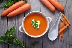 Karottensuppe in einer Porzellanschüssel Lizenzfreie Stockfotos