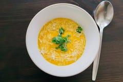 Karottensuppe mit Käse und Kräutern Stockfoto