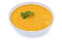 Karottensuppe mit Karotten in der Schüssel lokalisiert Lizenzfreie Stockbilder