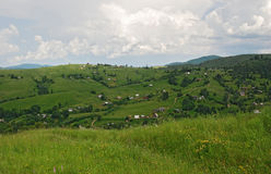 Karpacka wioska w wzgórzach Fotografia Royalty Free