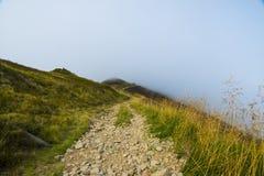 Karpaten-Gebirgslandschaft und -Wanderweg Stockbild