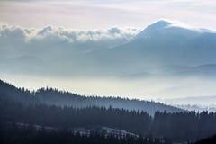 Karpatenberge des dunklen Winters in den schweren Wolken Lizenzfreie Stockbilder