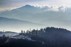 Karpatenberge des dunklen Winters in den schweren Wolken Lizenzfreie Stockfotografie