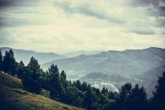 Karpatengebirgszug Wolken über Bergen stockfotos