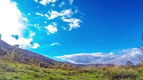 Karpatisch Bergenlandschap met blauwe hemel en witte wolken stock videobeelden