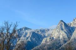 Karpatische bergen, Bucegi met Caraiman-Piek, wolken, sneeuw Royalty-vrije Stock Fotografie
