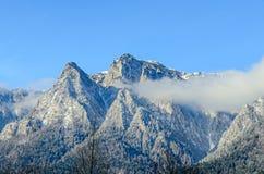 Karpatische bergen, Bucegi met Caraiman-Piek, wolken, sneeuw Stock Fotografie