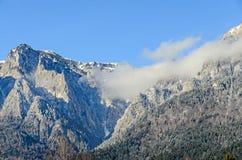 Karpatische bergen, Bucegi met Caraiman-Piek, wolken, sneeuw Stock Foto