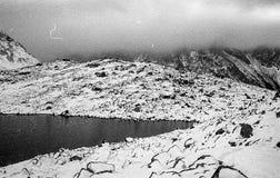 Karpatische bergen op een mistige dagspruit op zwart-witte fil Stock Fotografie