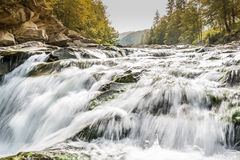 Karpatische bergrivier met waterval Stock Foto