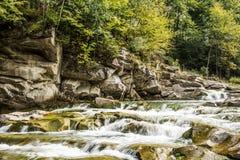 Karpatische bergwaterval Stock Afbeelding