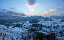 Karpatische die bergvallei met verse sneeuw wordt behandeld Majestueuze lan Stock Foto