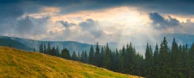 Karpatische stormachtige clouds_1 Stock Afbeeldingen