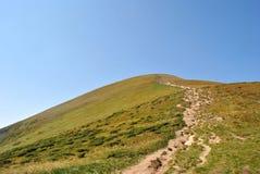 Ουκρανικά βουνά, στον ευχάριστο μπλε ουρανό. Στοκ φωτογραφία με δικαίωμα ελεύθερης χρήσης
