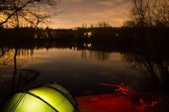 Karpfen-Fischen nachts mit belichtetem Bivvy Lizenzfreie Stockfotografie