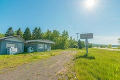 KARPFEN-SEE-GEMEINDE, MICHIGAN/USA - 16. JUNI 2016: Verlassene geschlossene Tankstelle/Mini-Markt - Natur wachsender zurück- ru stockbild