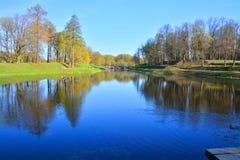 Karpin damm i slottträdgården, Gatchina, St Petersburg, Ryssland Royaltyfri Bild