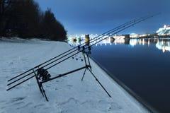 Karpiowej przędzalnictwo rolki wędkarscy prącia w zimy nocy Noc połów Fotografia Stock