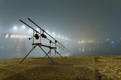 Karpstänger i dimmig natt Stads- upplaga Nattfiske Royaltyfria Bilder