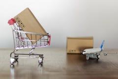 Karretje met karton Het winkelen en Internationaal het verschepen concept stock afbeelding