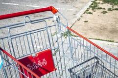 Karretje van supermarkt op de straat op een zonnige dagclose-up stock foto's