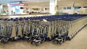 Karretjes in luchthaven stock afbeelding