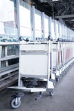 Karretjesbagage in ruw in luchthaven Stock Foto