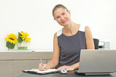 Karriärkvinna på kontoret Royaltyfri Foto