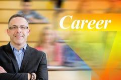 Karriere gegen eleganten Lehrer mit den Studenten, die am Vorlesungssal sitzen Lizenzfreies Stockfoto