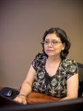 Karriere-gesinnter weiblicher Fachmann, der Laptop verwendet stockbilder