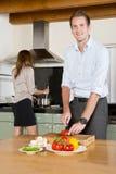 Karrierepaare in der Küche stockfotos