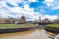 Kars rzeka z Evliya i Kumbet meczetem Fotografia Stock