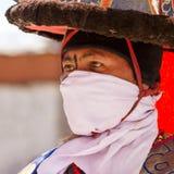 KARSHA, ÍNDIA - 17 DE JULHO: Uma monge executa uma dança religiosa d da máscara imagens de stock royalty free