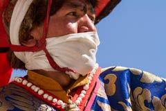 KARSHA, ÍNDIA - 17 DE JULHO: Uma monge executa uma dança religiosa d da máscara imagens de stock