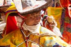KARSHA, ÍNDIA - 17 DE JULHO: Uma monge executa uma dança religiosa d da máscara fotos de stock royalty free