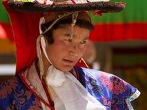 O dançarino que executa a dança religiosa do chapéu negro foto de stock