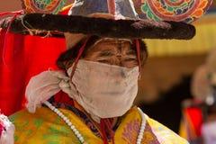 O dançarino que executa a dança religiosa do chapéu negro imagens de stock royalty free