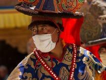 O dançarino que executa a dança religiosa do chapéu negro fotos de stock royalty free