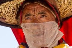 KARSHA, INDIEN - 17. JULI: Ein Mönch führt einen religiösen Maskentanz d durch lizenzfreie stockfotos