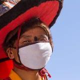 KARSHA, INDIEN - 17. JULI: Ein Mönch führt einen religiösen Maskentanz d durch stockbild
