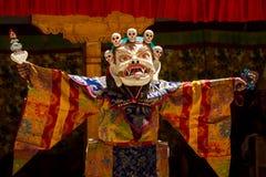 Der Tänzer in der Maske, die religiösen Chamtanz in Ladakh, herein durchführt lizenzfreie stockfotografie