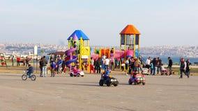 KARSIYAKA,伊兹密尔,土耳其- 2015年5月:孩子,操场的父母 影视素材