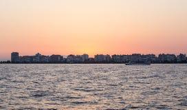 Karsiyaka -在日落的伊兹密尔地平线 库存图片