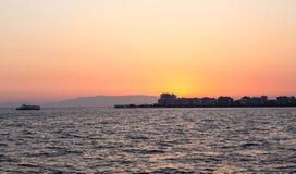 Karsiyaka - horizon d'Izmir au coucher du soleil Image libre de droits